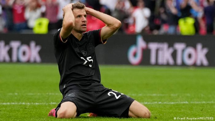 Nemački reprezentativac Tomas Miler nakon što je promašio stopostotnu priliku da izjednači. Nemačka je u Londonu, u utakmici osmine finala Evropskog prvenstva u fudbalu, izgubila od Engleske rezultatom 2:0.