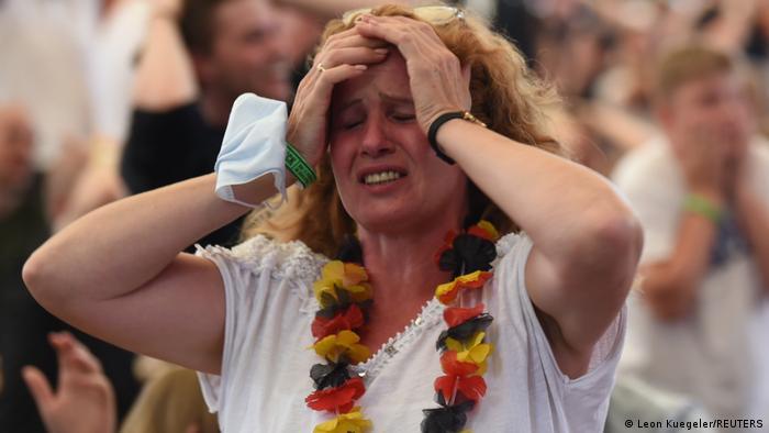 在16强比赛中被英格兰淘汰让很多德国球迷心碎