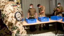 Das Handout der Bundeswehr zeigt Soldaten der Bundeswehr, die sich während der Rückverlegung zum Ende der Mission Resolute Support (RSM) vor dem Rückflug auf die Sicherheitskontrolle vorbereiten. Kurz vor Ende des Bundeswehr-Einsatzes in Afghanistan hat die Wehrbeauftragte des Bundestags eine öffentliche Debatte über die Lehren aus der Militärmission gefordert.