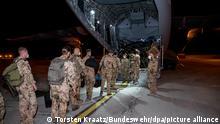 Das Handout der Bundeswehr zeigt Soldaten der Bundeswehr, die während der Rückverlegung zum Ende der Mission Resolute Support (RSM) in ein Transportflugzeug A400M der Luftwaffe steigen. Kurz vor Ende des Bundeswehr-Einsatzes in Afghanistan hat die Wehrbeauftragte des Bundestags eine öffentliche Debatte über die Lehren aus der Militärmission gefordert. +++ dpa-Bildfunk +++