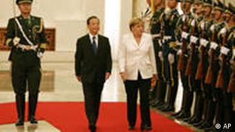 Chancellor Merkel and Chinese PM Wen Jiabao flanked by soldiers