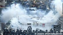 Die Polizei setzt Tränengas gegen die Demonstranten ein. Trotz eines Verbots sind in Hongkong am chinesischen Nationalfeiertag Zehntausende Menschen für Demokratie und Menschenrechte auf die Straße gegangen. Seit mehr als vier Monaten demonstrieren die Hongkonger gegen ihre eigene Regierung, die kommunistische Führung in Peking und ihren wachsenden Einfluss auf die chinesische Sonderverwaltungsregion. - RECROP - +++ dpa-Bildfunk +++