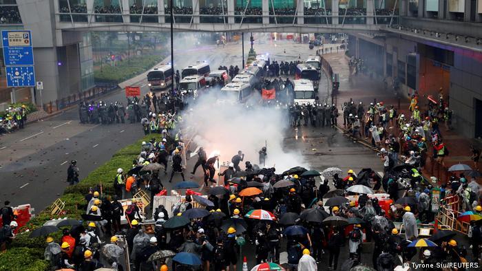 Polizei beschießt Demonstrierende in Hongkong mit Tränengas