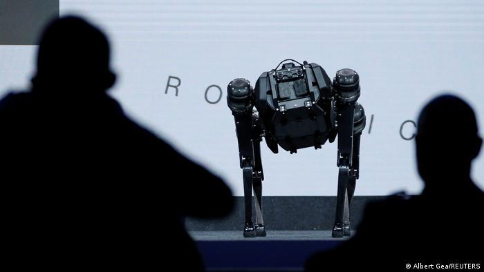 Gambar menunjukkan sebuah robot di atas meja pameran