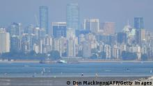 """*** Dieses Bild ist fertig zugeschnitten als Social Media Snack (für Facebook, Twitter, Instagram) im Tableau zu finden: Fach """"Images"""" —> Weltspiegel/Bilder des Tages *** The city of Vancouver, British Columbia, is seen through a haze on a scorching hot day, June 29, 2021. - Schools and Covid-19 vaccination centers closed Monday while community cooling centers opened as western Canada and parts of the western United States baked in an unprecedented heat wave that broke several temperature records. Lytton in British Columbia broke the record for Canada's all-time high Monday, with a temperature of 118 degrees Fahrenheit (47.9 degrees Celsius), just one day after the village set the previous record at 116 degrees. (Photo by Don MacKinnon / AFP) (Photo by DON MACKINNON/AFP via Getty Images)"""
