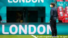 """*** Dieses Bild ist fertig zugeschnitten als Social Media Snack (für Facebook, Twitter, Instagram) im Tableau zu finden: Fach """"Images"""" —> Weltspiegel/Bilder des Tages *** LONDON, ENGLAND - JUNE 29: Joachim Loew, Head Coach of Germany is seen wearing a face mask as he inspects the pitch prior to the UEFA Euro 2020 Championship Round of 16 match between England and Germany at Wembley Stadium on June 29, 2021 in London, England. (Photo by Frank Augstein - Pool/Getty Images)"""