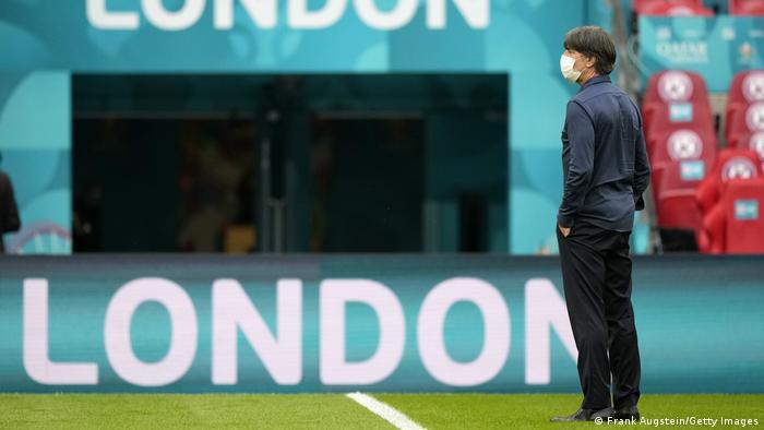 لوف يقف وحيدا على أرضية ملعب ويمبلي في لندن