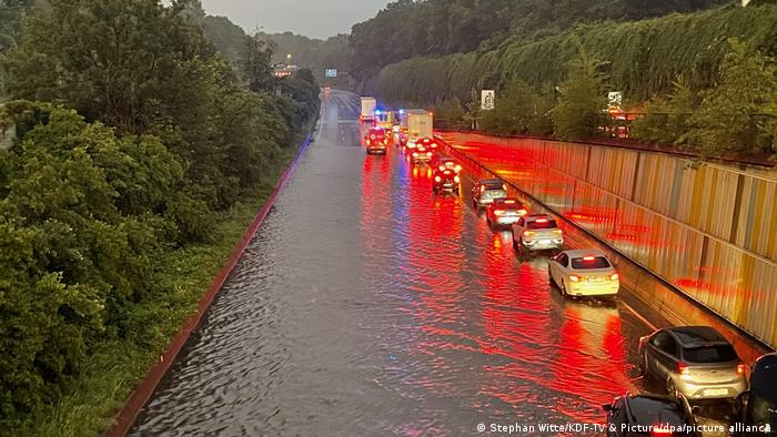 Autos stehen auf einer überfluteten Straße