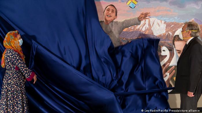 آنتونیو کوترش و عادله پرده برداری از تابلوی نقاشی در مقر سازمان ملل متحد