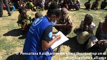Eine Mitarbeiterin des Welternährungsprogramms (WFP) spricht mit einigen Ältesten der Gemeinde über die Situation. Im Süden von Madagaskar droht nach Angaben des Welternährungsprogramms eine Hungersnot. Auslöser seien mehrere Dürre-Jahre hintereinander, klimabedingte Schocks sowie Sandstürme, die viele Felder unbestellbar gemacht hätten. (zu dpa «Welternährungsprogramm warnt vor Hungersnot in Madagaskar») +++ dpa-Bildfunk +++