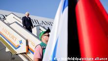 Bundespräsident Frank-Walter Steinmeier geht auf dem Flughafen Ben Gurion nach der Landung mit dem Airbus A350 der Luftwaffe die Gangway hinunter. Der Bundespräsident hält sich für einen dreitägigen Staatsbesuch in Israel auf.