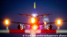 ARCHIV 2018 *** 21.10.2018, Hessen, Frankfurt/Main: Eine Lufthansa-Maschine landet am späten Abend auf einer der Landebahnen des Frankfurter Flughafens über der Lichtanlange, die den Flugzeugen den Weg weist. Foto: Frank Rumpenhorst/dpa