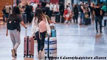 30.06.2021 *** Reisende gehen im Flughafen Berlin-Brandenburg (BER) mit Koffern durch den Abflugsterminal. Die Delta-Variante breitet sich in vielen Ländern Europas aus. Zu den sogenannten Virusvariantengebiete zählen aktuell neben Indien und Großbritannien auch Portugal und Russland. +++ dpa-Bildfunk +++