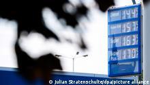 02.06.2021 *** Eine Anzeigetafel an einer Tankstelle an der Autobahn A7 im Landkreis Heidekreis zeigt die Preise für Kraftstoff an. Die Benzinpreise in Deutschland sind auf den höchsten Stand seit zwei Jahren gestiegen. +++ dpa-Bildfunk +++