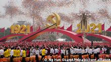 01.07.2021 - Luftballons schweben über Menschen, die an einer Zeremonie auf dem Platz des Himmlischen Friedens anlässlich des 100. Jubiläums der Kommunistischen Partei Chinas chinesische Flaggen schwenken. Chinas Staats- und Parteichef Xi Jinping hat die absolute Führungsrolle der Kommunistischen Partei unterstrichen. Bei einer Massenveranstaltung zum 100. Geburtstag der KP Chinas auf dem Platz des Himmlischen Friedens in Peking sagte Xi Jinping am Donnerstag: «Wir müssen die Führung der Partei aufrechterhalten. Chinas Erfolg hängt von der Partei ab.» +++ dpa-Bildfunk +++