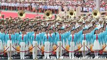 01.07.2021 - Ein Chor probt vor den Feierlichkeiten anlässlich des 100. Jubiläums der Kommunistischen Partei Chinas teil. Chinas Staats- und Parteichef Xi Jinping hat die absolute Führungsrolle der Kommunistischen Partei unterstrichen. Bei einer Massenveranstaltung zum 100. Geburtstag der KP Chinas auf dem Platz des Himmlischen Friedens in Peking sagte Xi Jinping am Donnerstag: «Wir müssen die Führung der Partei aufrechterhalten. Chinas Erfolg hängt von der Partei ab.» +++ dpa-Bildfunk +++