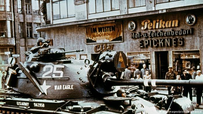 Tanque militar estadounidense. En el fondo, gente frente a un cine en Berlín.
