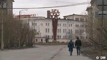 Geisterstadt im hohen Norden Russlands. Jedes Jahr ziehen etwa 2000 Menschen aus Workuta, der Stadt in der Arktis, weg. Doch Natalia Tswirko will bleiben. Rechte: Nur für diese Berichterstattung!