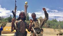 """Jubel in Mekelle beim Einmarsch der TDF 29.06.2021 Nach einer dramatischen Umkehrung der militärischen Kräfteverhältnisse in der äthiopischen Bürgerkriegsprovinz Tigray hat die Rebellentruppe """"Tigray Defense Forces"""" (TDF) am Montagabend 28.09.2021-überraschend die Provinzhauptstadt Mekele eingenommen. Zuvor hatten Tausende äthiopischer Soldaten nach schweren Kämpfen in der Region um Mekele die seit fast acht Monaten von Regierungstruppen gehaltene Stadt fluchtartig verlassen. Anschließend zogen TDF-Kämpfer zu Fuß in mehreren Kolonnen in die Millionenstadt ein und feierten die """"Befreiung"""" Mekeles gemeinsam mit der Bevölkerung mit Feuerwerk, Fahnenschwenken und Schüssen in die Luft."""