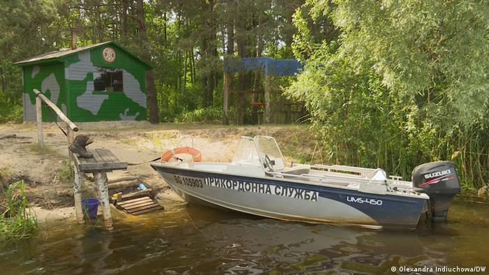 Украинский погранпост и моторная лодка на границе с Беларусью