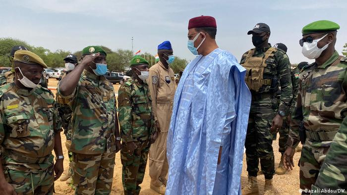President Bazoum stands with army troops in Diffa, Niger