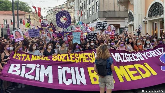 Türkiye'nin İstanbul Sözleşmesinden çekilmesi kadın örgütlerinin yoğun protestolarına yol açmıştı.