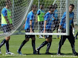 Spieler vion Hoffenheim tragen ein Trainingstor über den Platz (AP photo: Max Murnau)