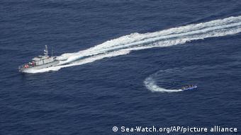 Βάρκα με πρόσφυγες προσπαθεί να ξεφύγει από τις λιβυκές αρχές