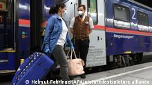 11.05.2020 ABD0026_20200511 - SCHWECHAT - ÖSTERREICH: Ankunft des ersten Korridorzuges mit rumänischen Pflegerinnen am Montag, 11. Mai 2020, am Flughafen in Wien-Schwechat. - FOTO: APA/HELMUT FOHRINGER - 20200511_PD0924