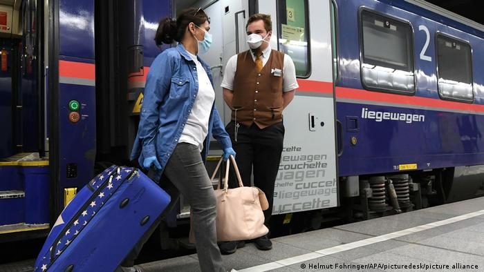 Rumunjska njegovateljica silazi iz vlaka