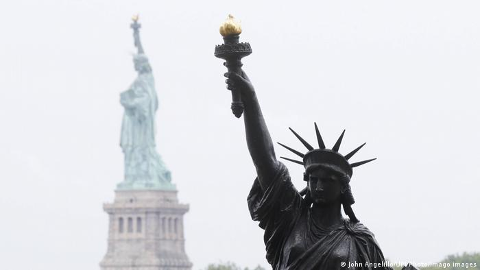 Povodom predstojećeg Dana nezavisnosti 4. jula, statua mlađe sestre Kipa slobode postavljena je na ostrvu Elis u Njujorku. Visoka je 2,7 metara i izlivena od bronze u originalnom modelu Ogista Bartolija iz 1878. Do sada je bila izložena u pariskom Muzeju umetnosti i zanata. Statua se zatim seli ispred rezidencije francuskog ambasadora u Vašingtonu, gde će biti za Dan Bastilje 14. jula.