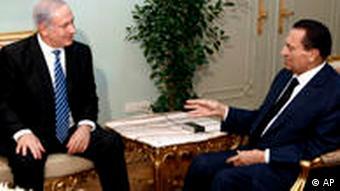 مبارک (راست) و نتانیاهو در دیداری در ماه ژوییه ۲۰۱۰ در قاهره