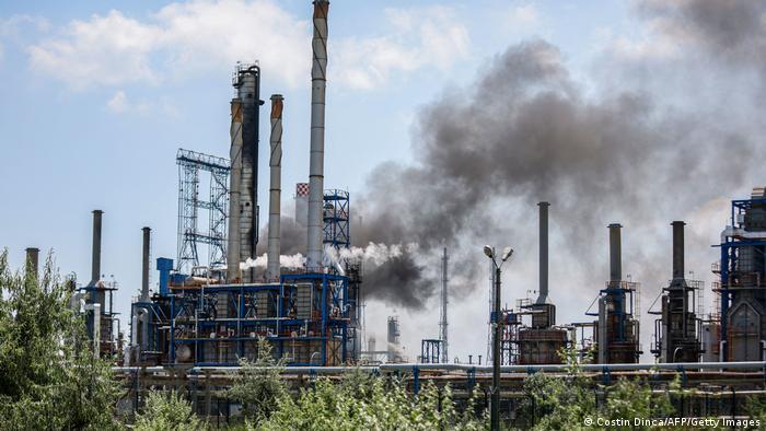 Foto mostra estrutura com chaminés emitindo muita fumaça.