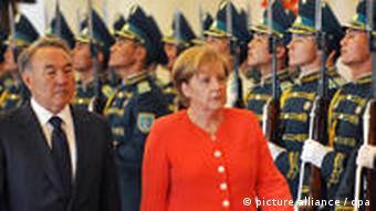 Angela Merkel und Nursultan Nasarbajew (Foto: AP)