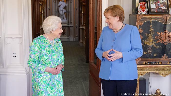 Em seu último compromisso oficial em solo britânico, a chanceler federal da Alemanha, Angela Merkel se reuniu com o primeiro-ministro, Boris Johnson, e visitou rainha Elizabeth 2ª. Sua 22ª visita ao país desde que se tornou chanceler, há 16 anos, visava aliviar as tensões geradas pela saída do Reino Unido da União Europeia. (02/07)