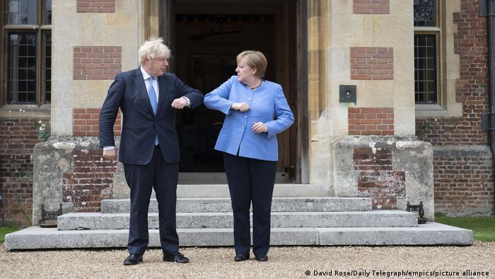 Boris Johnson e Angela Merkel em Chequers, residência de campo do chefe de Estado britânico