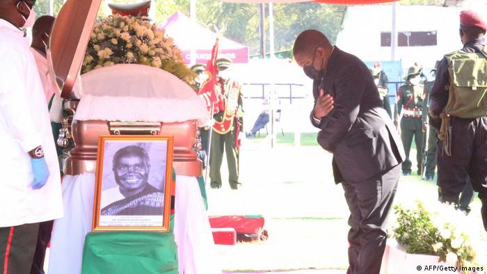 Presidente moçambicano, Filipe Nyusi, presta uma última homenagem a Kenneth Kaunda
