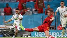 Fußball: EM, Belgien - Italien, Finalrunde, Viertelfinale in in der EM-Arena München. Italiens Lorenzo Insigne (l) schießt neben Belgiens Toby Alderweireld auf das Tor. +++ dpa-Bildfunk +++