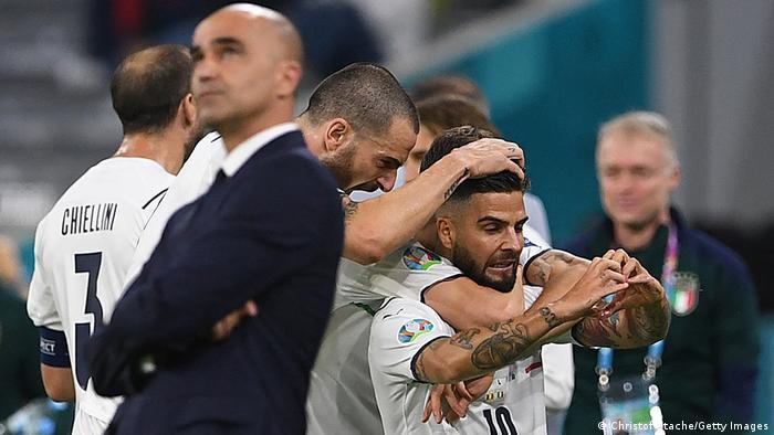 Итальянский нападающий Лоренцо Инсинье и его товарищи радуются забитому голу