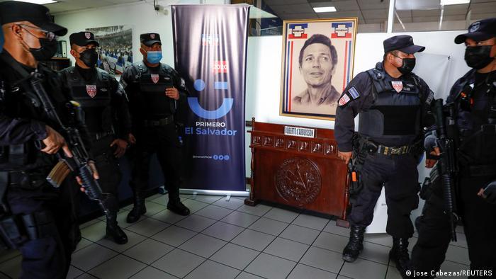 Foto de agentes de la Policía en la sede de ARENA