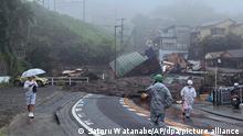 Eine Straße ist nach starkem Regen mit Schlamm, Geröll und Trümmern bedeckt. Eine enorme Schlammlawine infolge schwerer Regenfälle hat in Japan mehrere Wohnhäuser zerstört. +++ dpa-Bildfunk +++