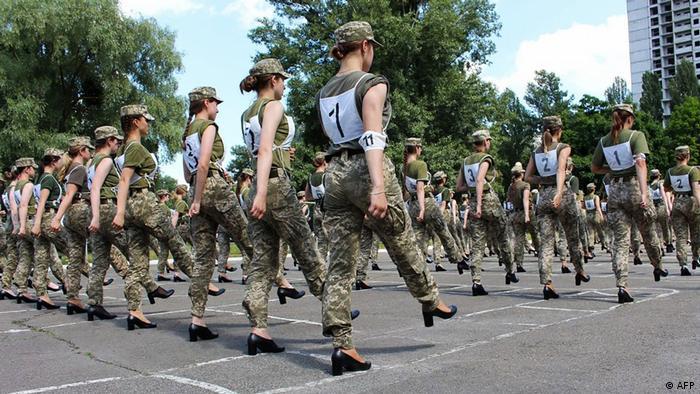 यूक्रेन में हाई हील्स पहनकर परेड की रिहर्सल करती महिला सैन्य टुकड़ी
