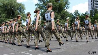 Ukraine Mililtärparade Soldatinnen in Pumps