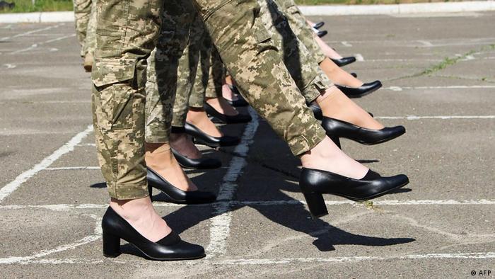Взуття на підборах, у якому курсантки проводили репетицію параду