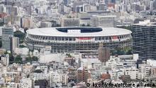 Ein Banner verkündet auf dem Nationalstadion, einem Austragungsort der Olympischen Spiele und Paralympics in Tokio, unter dem Zeichen der Olympischen Ringe Tokio 2020. Die Olympischen Spiele 2020 sind die aktuellen Olympischen Sommerspiele und sollen corona-bedingt vom 23. Juli bis zum 8. August 2021 in Tokio stattfinden. +++ dpa-Bildfunk +++
