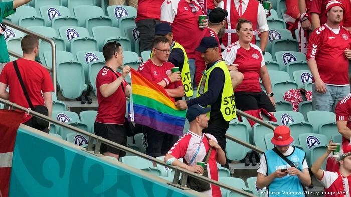 در برخی از استادیومها این مسئله با واکنش تند و برخورد مأموران امنیتی روبرو شد، از جمله در دیدار یکچهارم نهایی میان تیمهای ملی دانمارک و جمهوری چک که در باکو، پایتخت جمهوری آذربایجان انجام گرفت. این مسئله اعتراض بسیاری از فوتبالدوستان را برانگیخت.