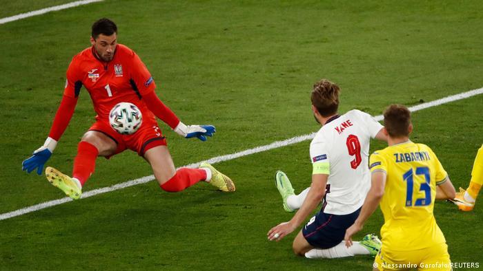 هری کین (شماره ۹)، کاپیتان و مهاجم تیم ملی فوتبال انگلیس در دقیقه ۴ بازی توپ را درون دروازه اوکراین جای داد تا تیمش یک بر صفر جلو بیافتد.