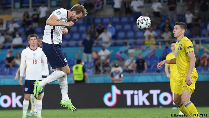 تیم ملی انگلیس نیز توانست با اقتدار و پیروزی ۴ بر صفر مقابل اوکراین به مرحله نیمهنهایی این مسابقات راه یابد. انگلیس تا آن لحظه تنها تیم این مسابقات بود که حتی یک گل هم نخورده بود. یکی از چهرههای درخشان دیدار انگلیس و اوکراین هری کین، (چپ) مهاجم و کاپیتان انگلیس بود که دو گل از چهار گل تیمش را به ثمر رساند.