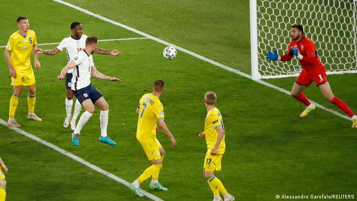 انگلیس که با زدن گل سوم آسودهخاطر شده و کنترل بازی را در دست داشت، در دقیقه ۶۳ به چهارمین گل خود دست یافت. جردن هندرسون (سوم از چپ) با ضربه سر توپ را وارد دروازه اوکراین کرد و پیروزی تیمش را قطعی ساخت.
