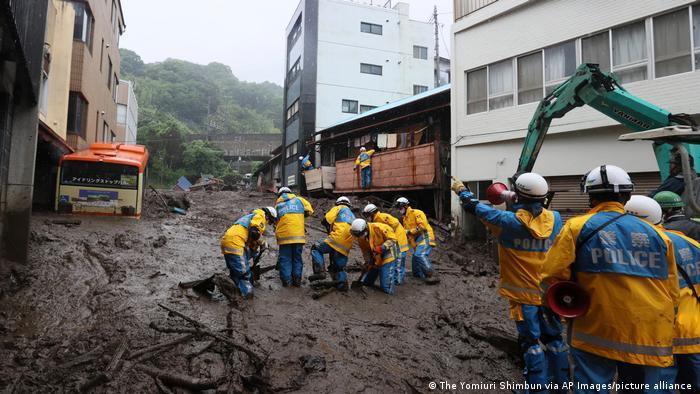 Japan Atami, | Erdrutsch Schlammlawine Bergungsarbeiten
